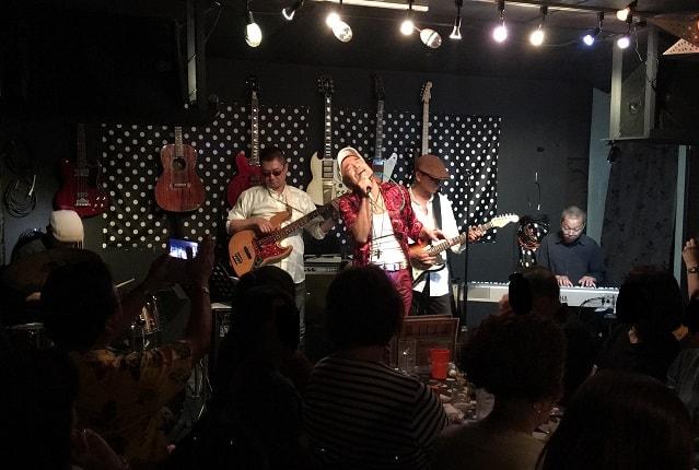 船橋のライブバー「バディーズ」でFUNNY PLAYERSが演奏している場面