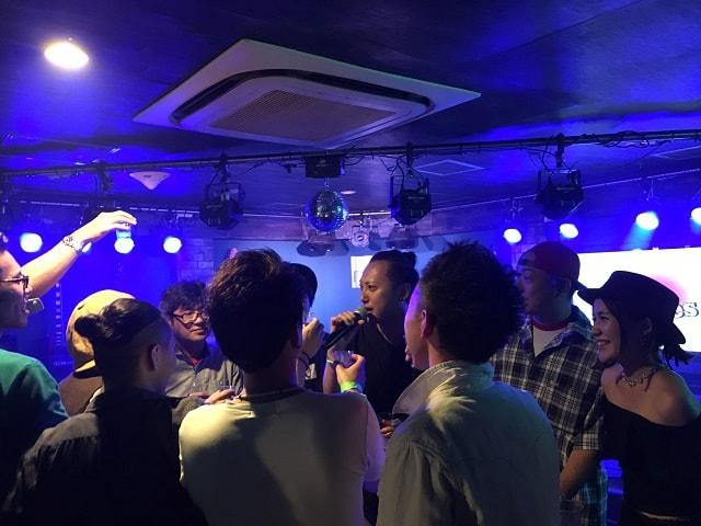 渋谷nobでのブライアン細田バースデーライブ乾杯の場面