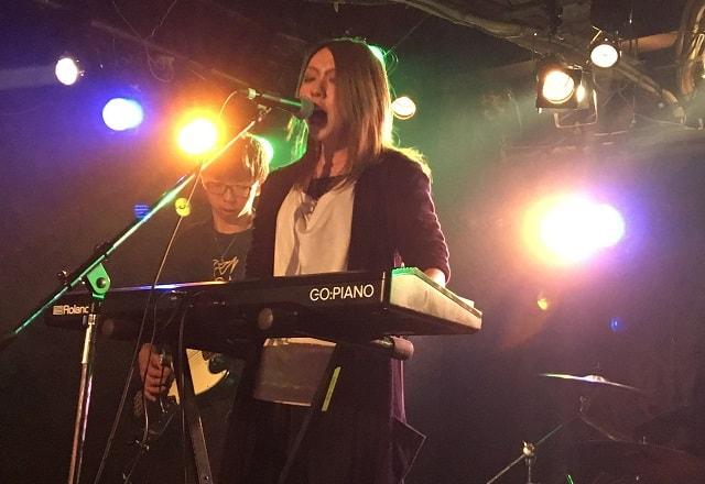 新宿のライブハウス「head power」にてライブが行われている場面