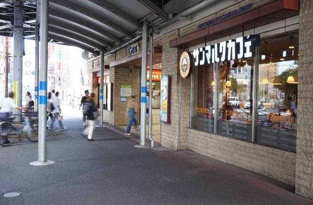 千葉駅東口のスクランブル交差点の陸橋下にあるサンマルクカフェの外観