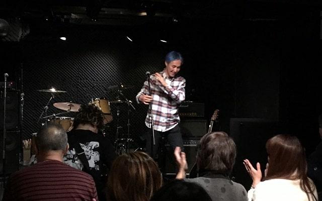 上野ファビュラスギターズで主催の井上さんがステージで挨拶している場面