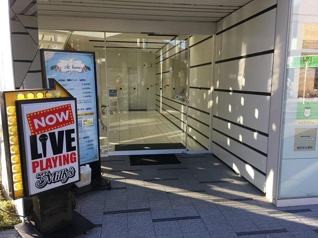 新鎌ヶ谷駅前にあるライブハウス「MT Milly's」の入口