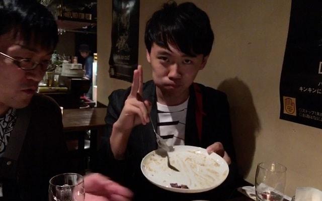 下北沢のバー「SHARE(シェア)」で白いカレーを食べきった場面