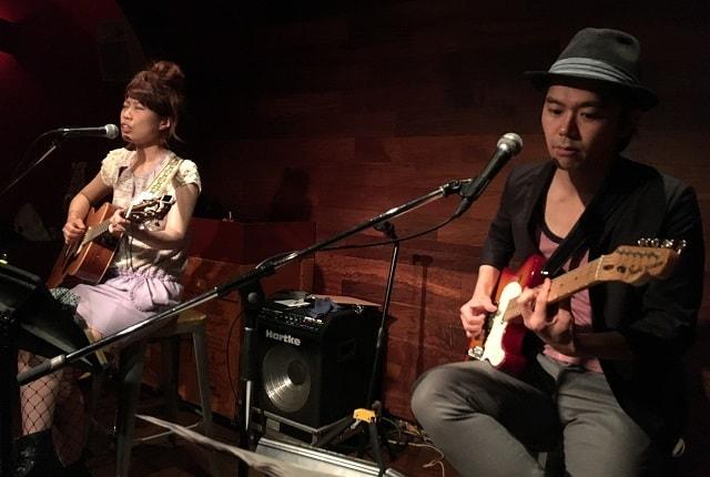 下北沢のライブバー「BAR CCO」でライブをしている「こんのひよせ」