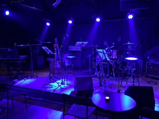 東京都港区にあるライブバーHEAVEN青山(ヘブン青山)の店内ステージ