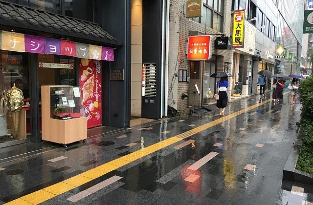 銀座駅前の通りで雨が降っている景色