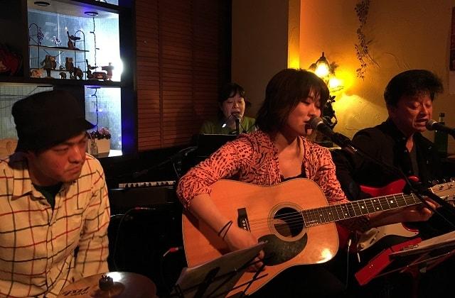 シンガーソングライター「角辻順子さん」が下北沢「Blue Moon」で演奏している場面
