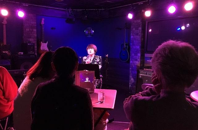 akkoさんが渋谷nobでアカペラのワンマンライブをしている場面