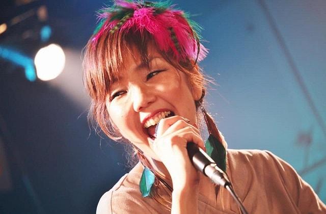 ライブハウス「サウンドストリーム佐倉」にてインスパイアブルーが演奏している場面