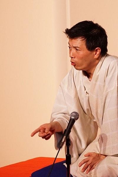 横浜にぎわい座にて林家たけ平が落語を演じている場面