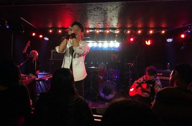 ライブハウス「本八幡ルート14」で演奏するSUPERBLUE(スーパーブルー)