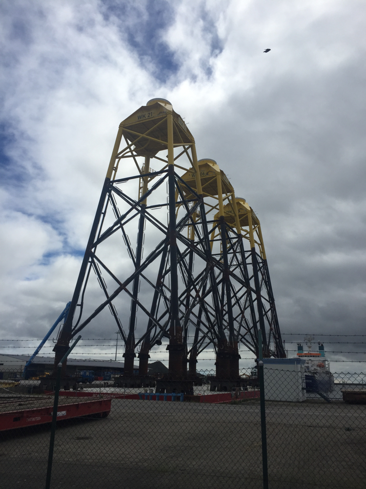 Im Hafen von Mukran türmen sich die imposanten Fundamente für den Windpark Arkona auf