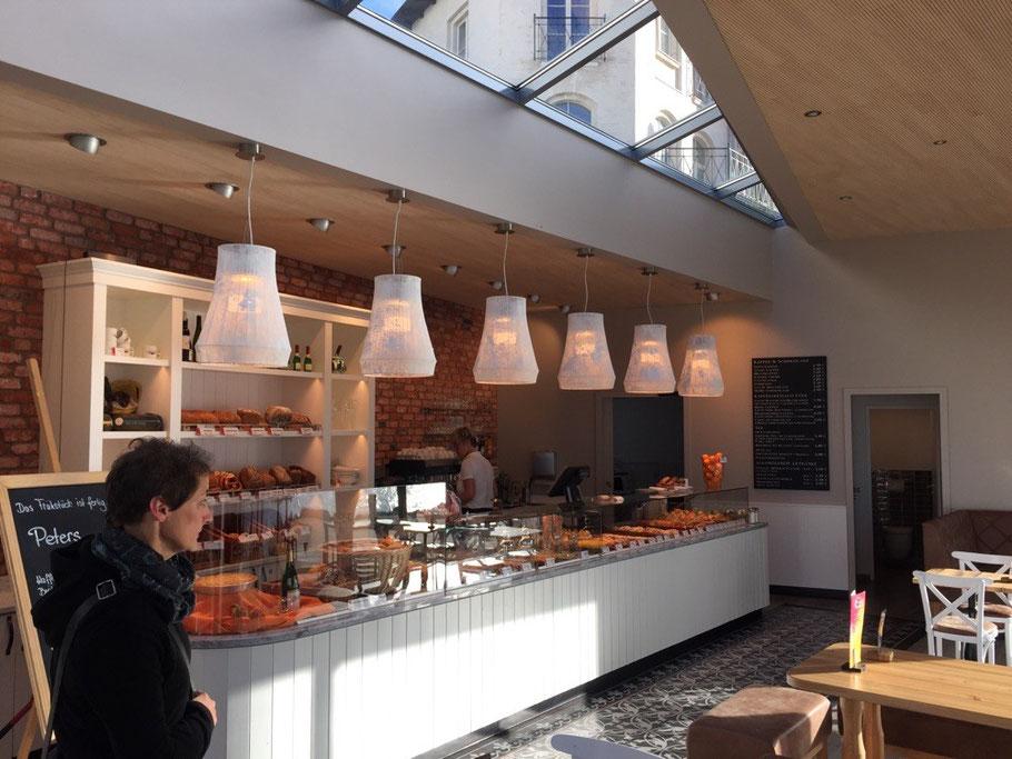Blick auf den Verkaufstresen der Filiale Strandpromenade der Bäckerei Peters