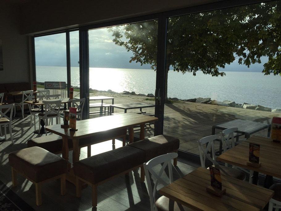 Blick aus dem Café Peters Filiale Strandpromenade auf die Ostsee