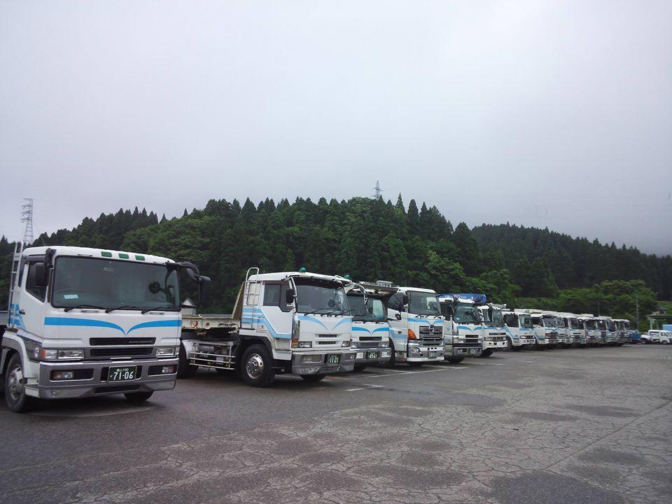 本社営業所≪建機積載トレーラーからダンプ整列≫