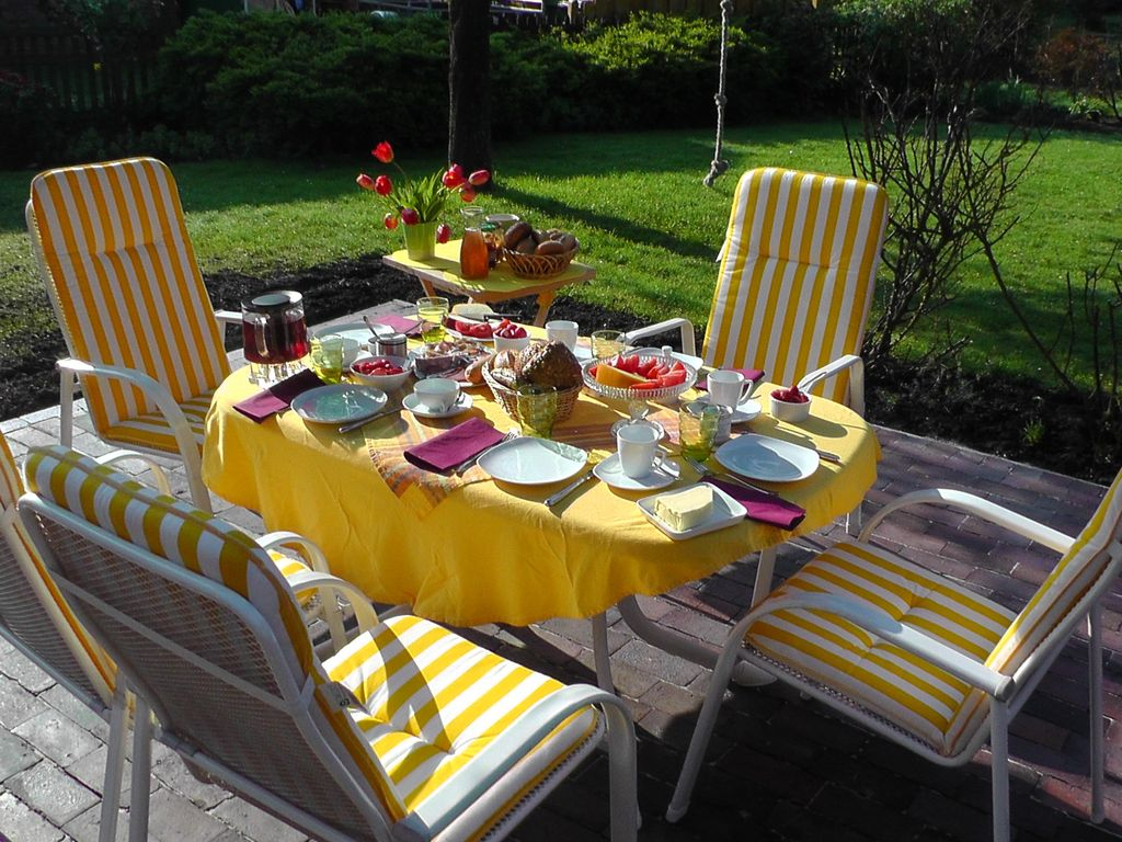Frühstückstisch auf der Terrasse