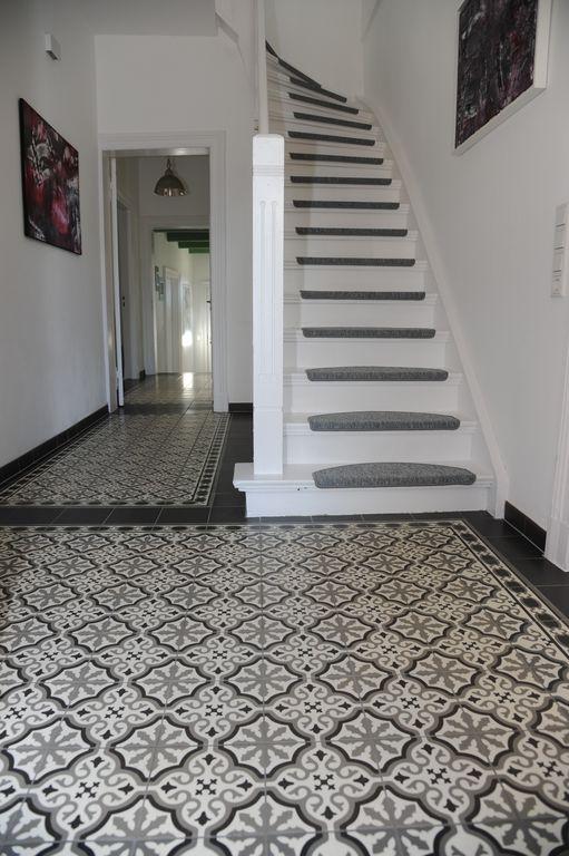 Hausflur mit eleganten stilvollen Fliesen; Treppe zum Dachgeschoss.