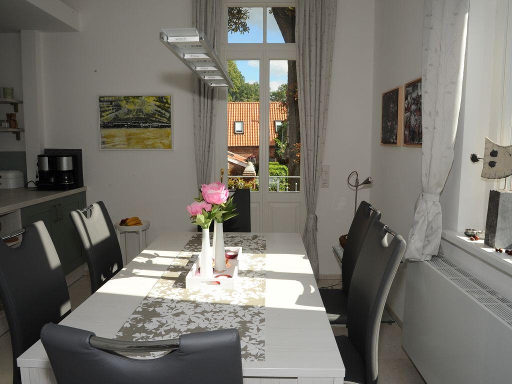 Esszimmer mit Terrassentür - links angrenzend die offene Küche