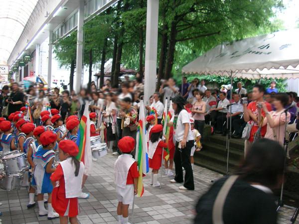 商店街の中をオープニングパレード