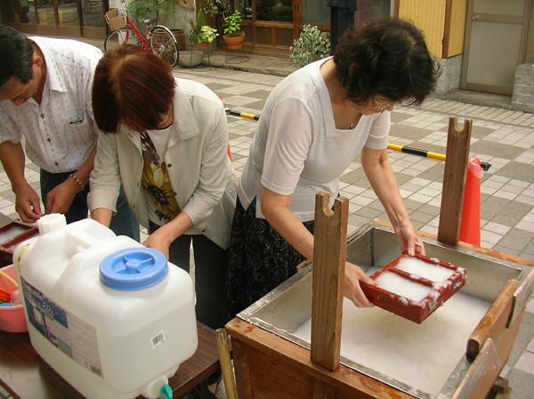 「手漉きのハガキ」作りはシニア世代にも好評