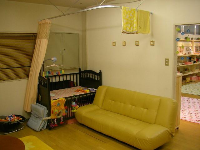 ベビーベッドにくつろぎのソファー、授乳スペース