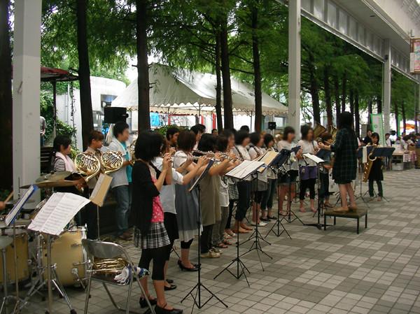 高知大学の吹奏楽団が街中にて演奏