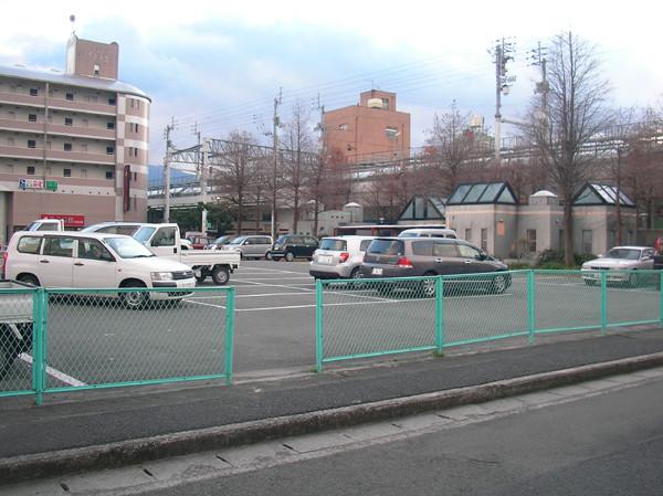 商店街に隣接した「栄町お買い物無料駐車場」