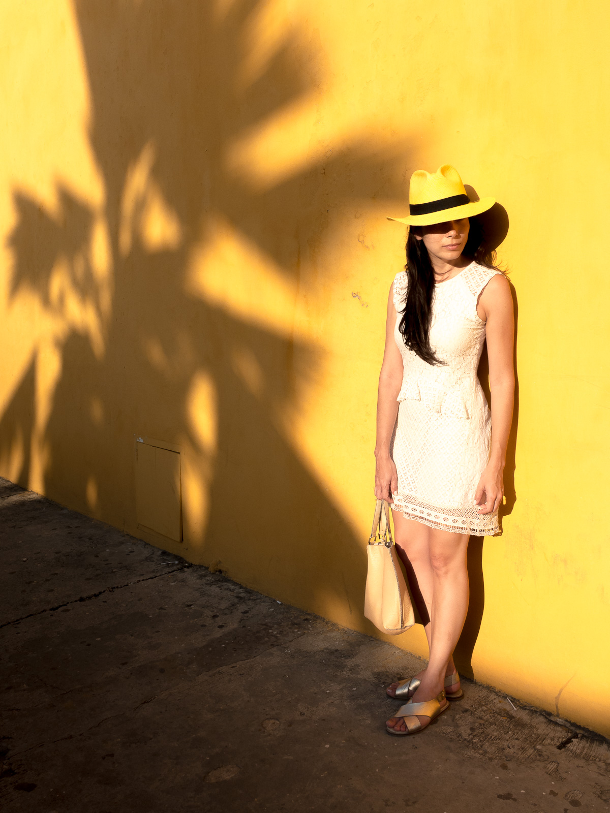 potrait of young woman with hat photographer medellin deutscher fotograf medellin