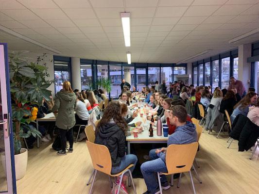 Schüler sitzen gemeinsam am Tisch