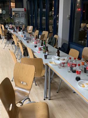 Leere Tische und Stühle, nach der Jahresabschlussfeier 2018