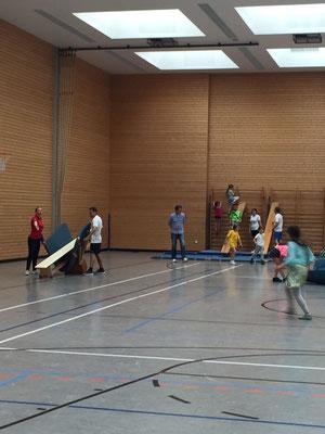 Schüler und Schülerinnen in der Sporthalle