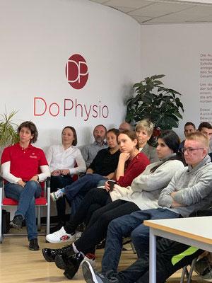 Schüler, der DoPhysio hören dem Vortrag zu