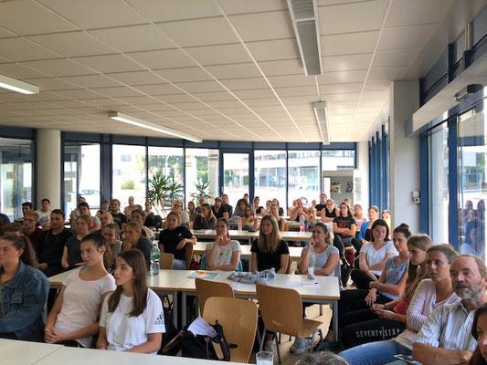 Schüler und Schülerinnen hören einem Vortrag zu