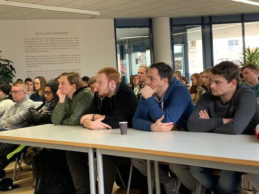 Schüler der DoPhysio in Stuttgart hören dem Vortrag von Frau Aras zu