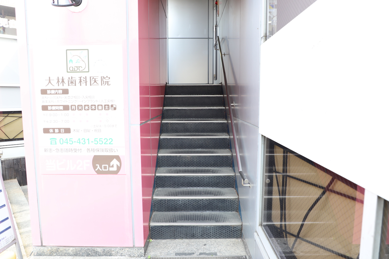 この階段を登った3階です。