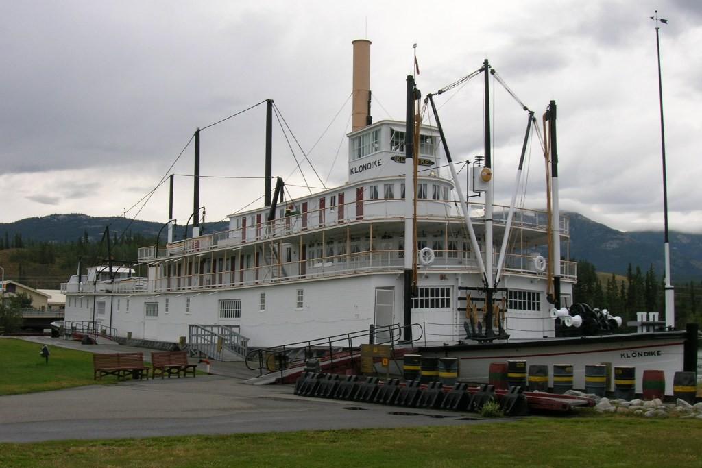 """Der Raddampfer """"Klondike"""" steht in Whitehorse. Über 40.000 Abenteurer aus aller Welt unterlagen dem Goldrausch (Klondikefieber) und die Klondike schiffte einst auf dem Yukon von hier bis nach Dawson City"""
