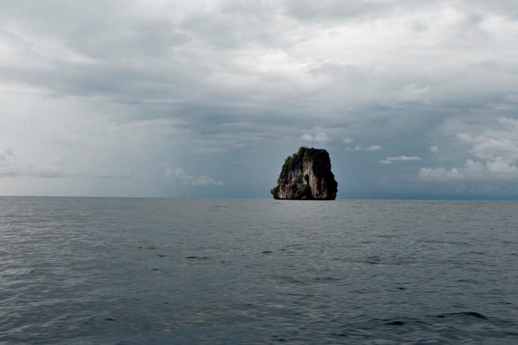 Auf der Fahrt zu den Phi Phi Islands begegnen wir immer wieder Kleinen Felseninseln