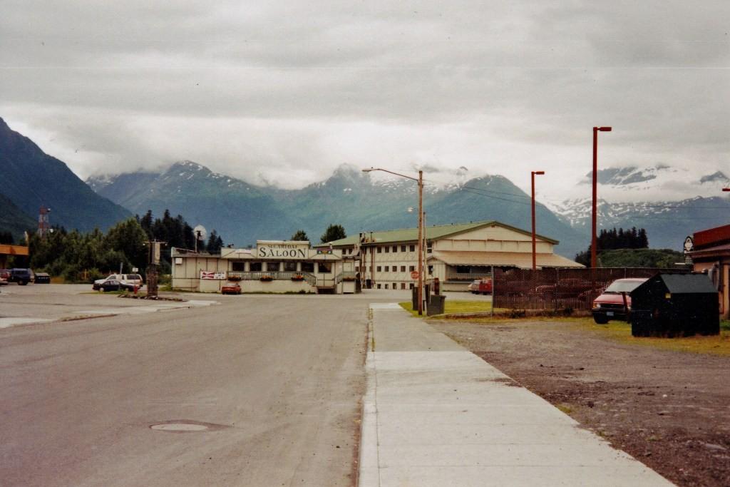 Valdez, geradehin in der Bar saßen wir in trauter Runde und sahen nach Mitternacht auf die schneebedeckten Gipfel ringum!