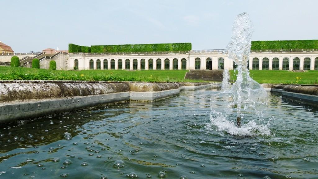 Wasserspiele (unteres Orangerieparterre) im Frühling, hinten die Orangerie (Westteil)