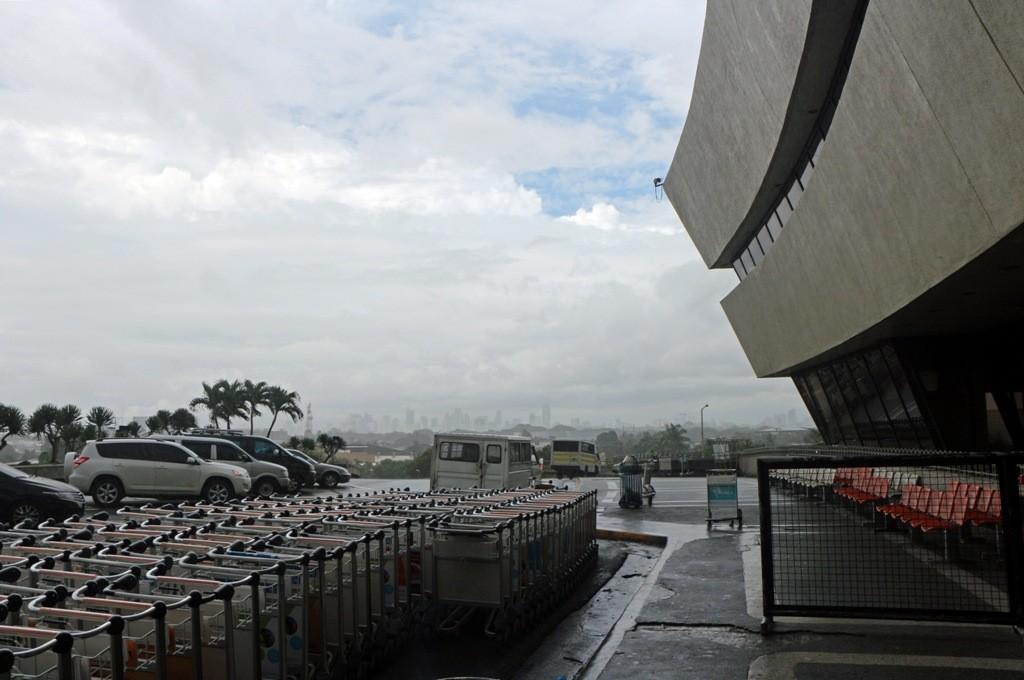 Ein heftiges Unwetter zog über Manila auf und wir waren froh, im Terminal zu sein