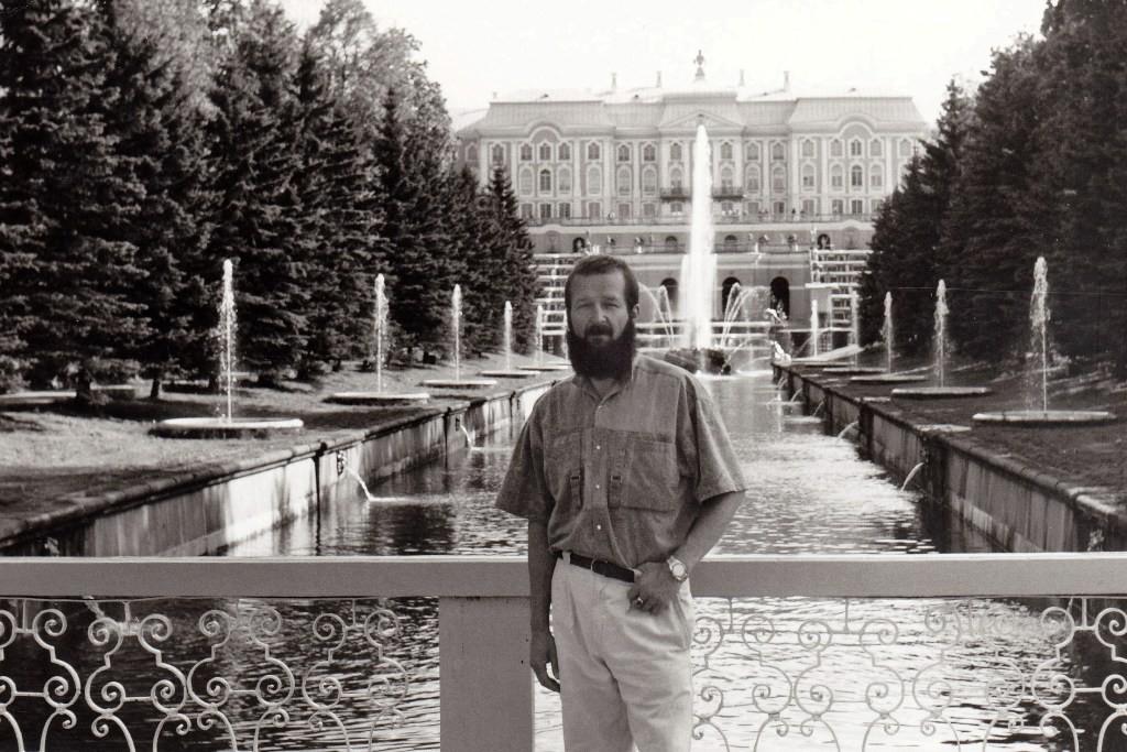 Ich im Schlosspark Peterhof am Seekanal, hinter mir der Große Palast und die Favoritka u. Samson Fontänen