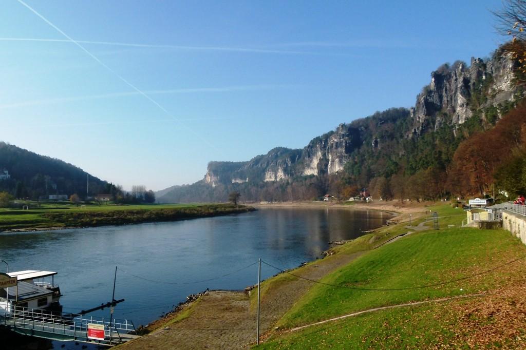 Elbeabwärts die Felsenwände und das Basteimassiv in Blickrichtung Stadt Wehlen u. Pirna.