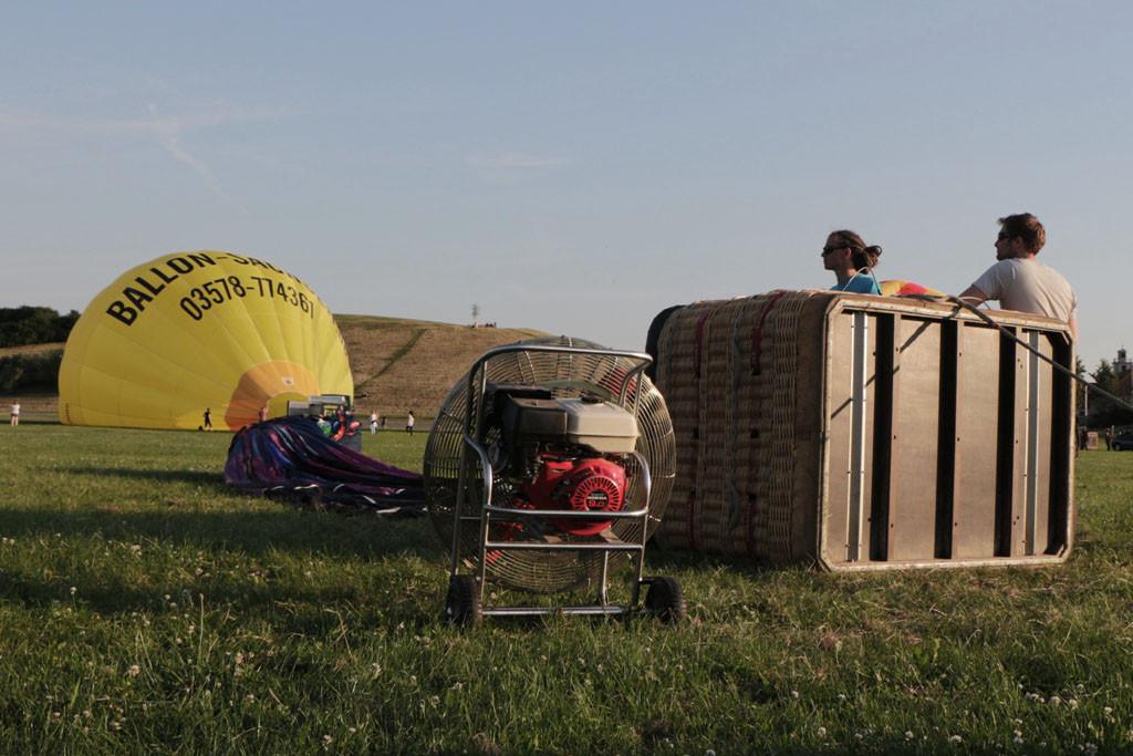 Die Ballonhülle misst 25 m, hat einen max. Durcmesser von 21 m und bringt es auf 135 bis 150 kg
