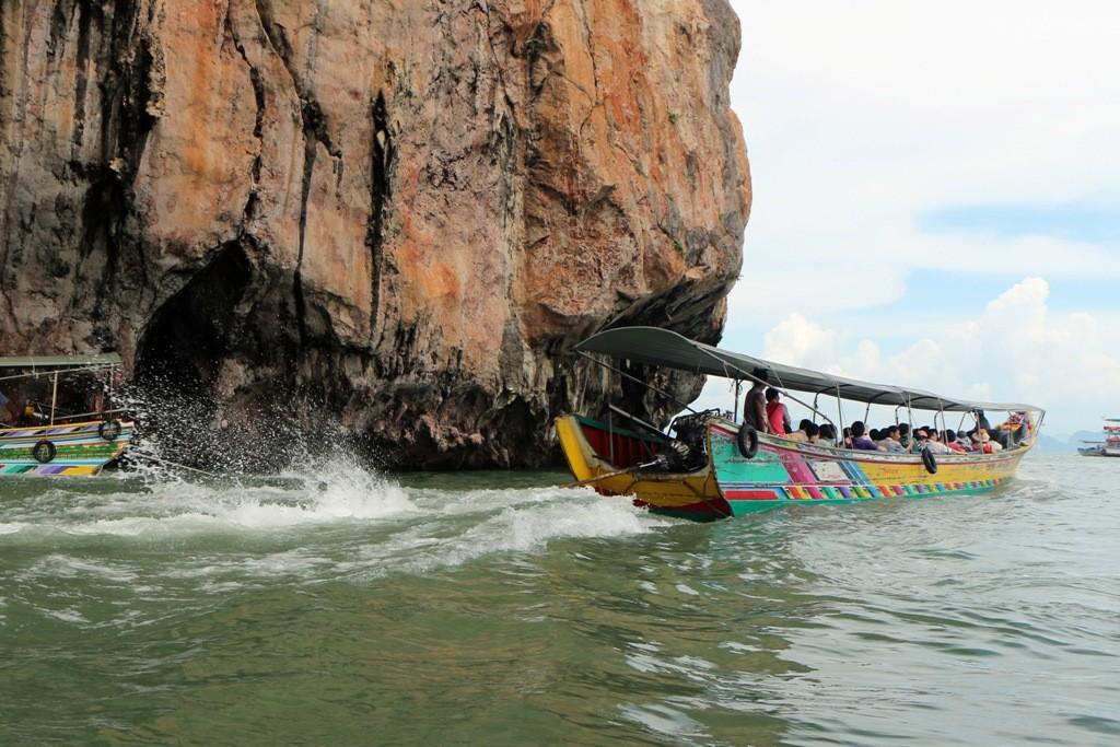 So sieht es aus, wenn der Skipper den Gashebel voll aufdreht und das Longtail nach vorn prescht!