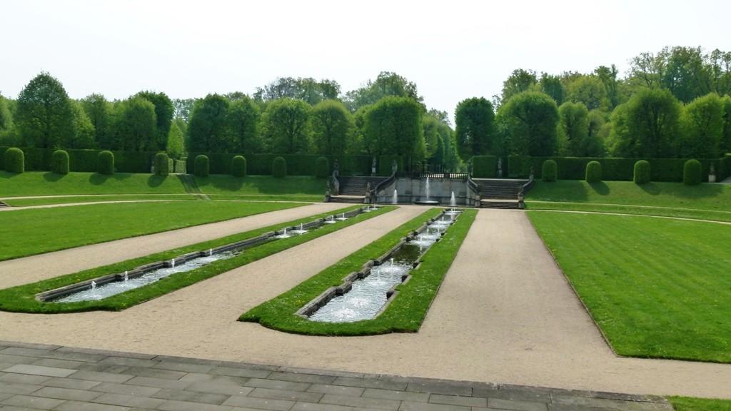 """Blick von der Orangerie auf  Orangerieparterre und die """"Stille Musik"""" im Frühling"""