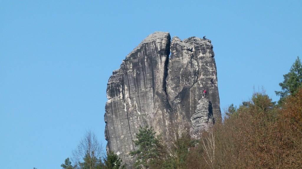Der gewaltige Talwächter mit einigen unverdrossenen Bergsteigern in der Wand, an der Südseite des Felsens lässt sich auch noch im November noch gut klettern!