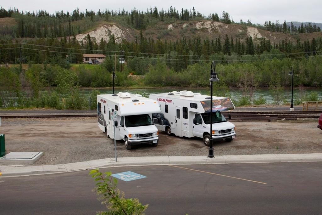 Unsere Hirecars vor unserem Hotelfenster, nur immer in Sichtweite, denn wir werden diese Fahrzeugen fast drei Wochen lang strapazieren.