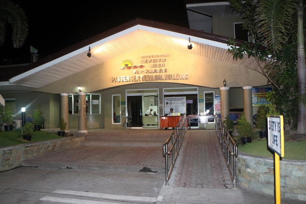 Das Portal des Hafengebäudes von Dumaguete