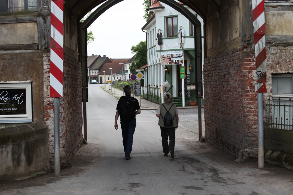 Druch den Torbogen des Gasthofgebäudes in die Stadt Wörlitz