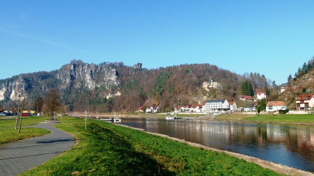 Die Elbe mit der Teilansicht Rathens und dem Basteimassiv!